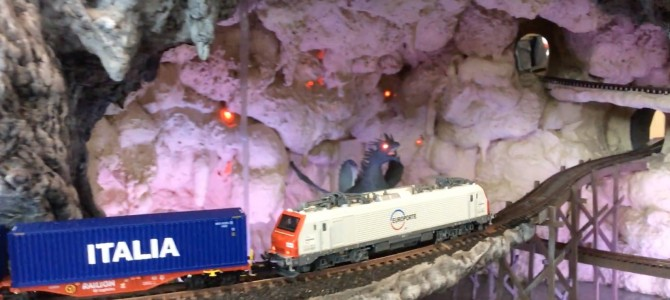 Lord of the Rings – RRE37501 Europorte loco in the dragon cave