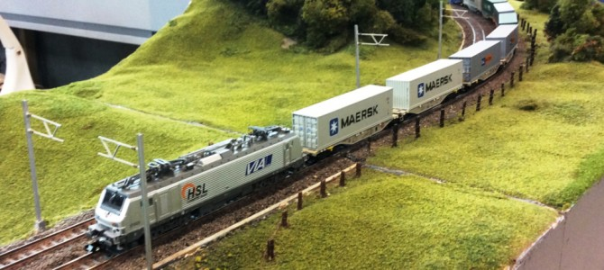 Alstom Prima AKIEM HSL VIA Nr 37025 avec quelques containers
